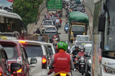 NORMAL: Kepadatan melanda Jembatan Kapuas II di hari minggu kemarin. Kini Jembatan Kapuas II telah berfungsi normal, lalu lintas tetap padat meski di hari libur. SHANDO SAFELA/PONTIANAK POST