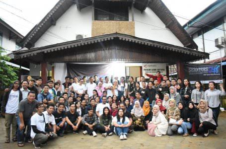 ANTUSIAS: Para pengunjung pameran 'Seratoes 248, 100 Tahun Surat Kabar Kalbar, 248 Tahun Kota Pontianak' foto bersama di depan Kantor Biro LKBN Antara, kemarin. MIRZA AHMAD/PONTIANAKPOST