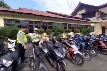 DATA SEPMOT: Polisi lalu lintas mendata sepeda motor yang diamankan dari hasil razia balap liar pada Minggu (13/10) dini hari lalu. AHMAD SOFI/PONTIANAK POST