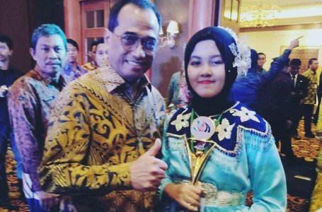 PENGHARGAAN : Pelajar SMA Negeri 1 Pontianak Saffana Rizqi Qinthara saat menerima penghargaan sebagai Juara 2 Pelajar Pelopor Keselamatan LLAJ tingkat Nasional tahun 2019. DISHUB KALBAR FOR PONTIANAK POST