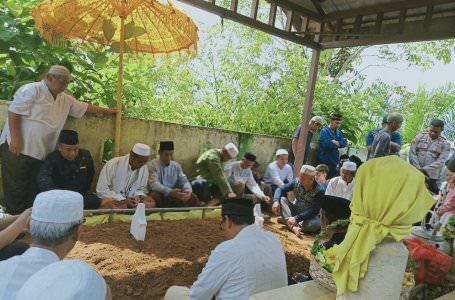 DIMAKAMKAN: Suasana pemakaman Ratu Suri Pakunegara Tayan, Hajah Utin Nursinah Ismail di Kecamatan Tayan Hilir, Kabupaten Sanggau, Rabu (16/10). ISTIMEWA
