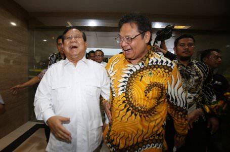 Ketua Umum Partai Golkar Airlangga Hartarto (kiri) berjalan bersama Ketua Umum Partai Gerindra Prabowo Subianto (kanan)  saat akan melakukan pertemuan di Jakarta, Selasa (15/10/2019).Pertemuan itu digelar untuk membahas keutuhan dan persatuan bangsa. FOTO:MIFTAHULHAYAT/JAWA POS