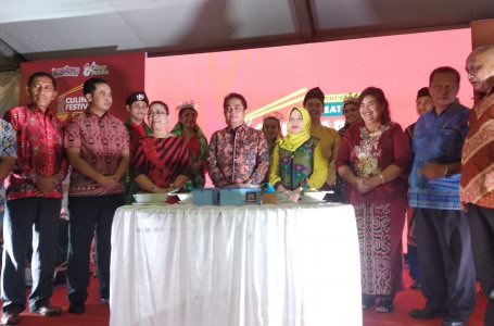 KULINER: Wakil Wali Kota Pontianak Bahasan beserta para stakeholder membuka Pontianak Creative Culinary Festival 2019 dengan menyeruput bakmi kepiting. ARISTONO/PONTIANAK POST