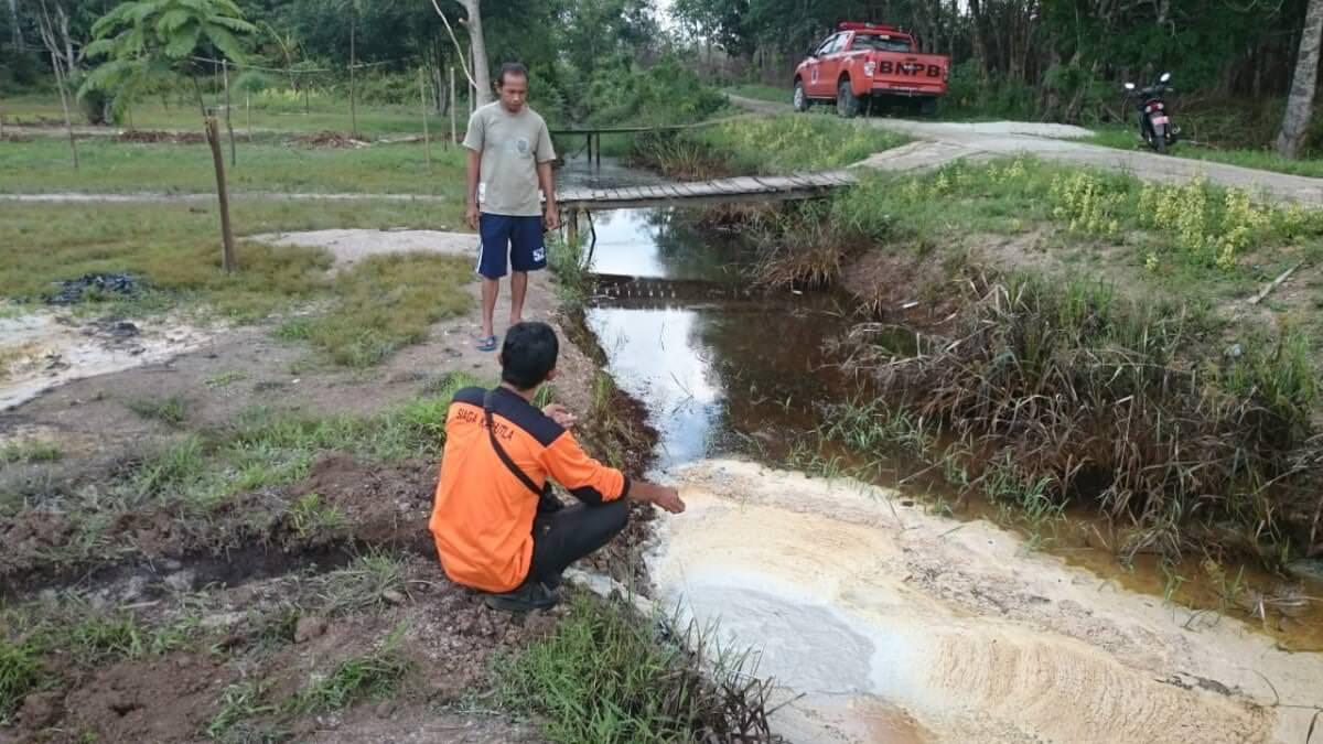 Air Menyembur Setinggi 15 Meter Ketika Membuat Sumur Bor