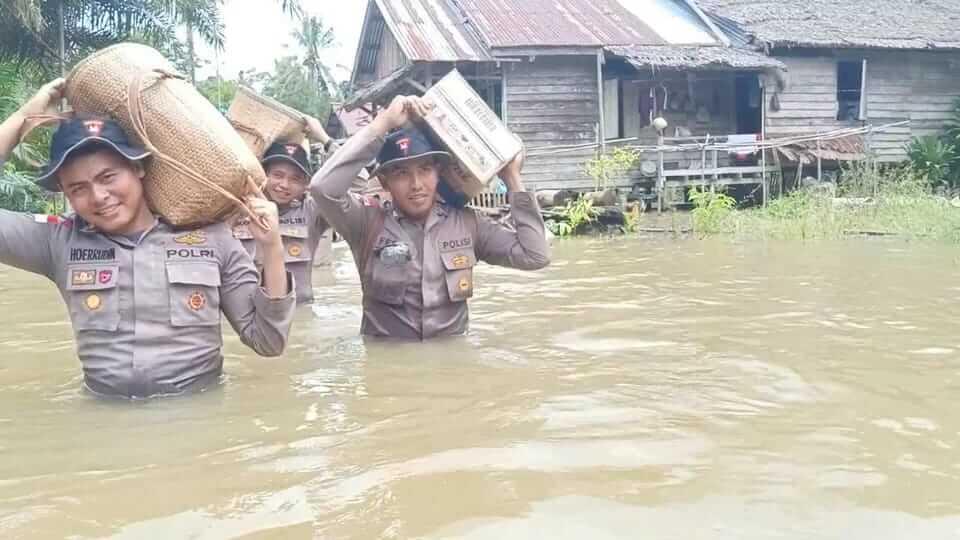 Polisi Pikul Bantuan Sambil Arungi Banjir